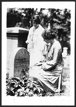 Anita Pollitzer and Alice Paul at the grave of Susan B. Anthony in Rochester, N.Y.